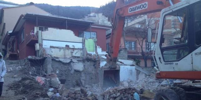 Bursa'da kepçe yanlış evi yıktı...