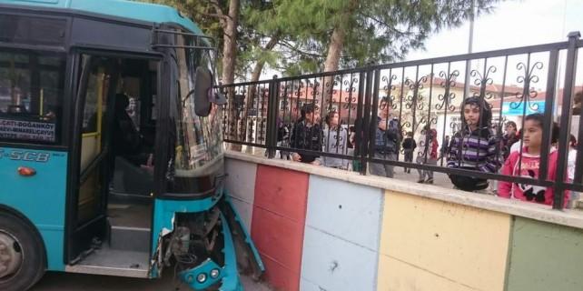 Bursa'da okulun önünde facia ucuz atlatıldı...
