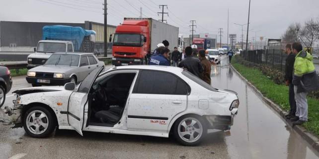 Yağmurda yoldan çıkıp iki kamyona birden çarptı...