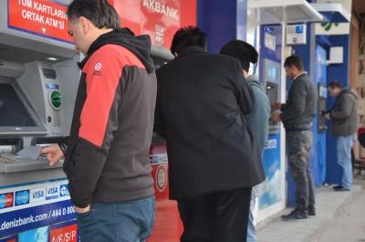 ATM'DE SOYGUN DEHŞETİ BANKA GÖREVLİLERİNİN KIVRAK ZEKASI KASKLI SOYGUNCUYU ŞOKA SOKTU