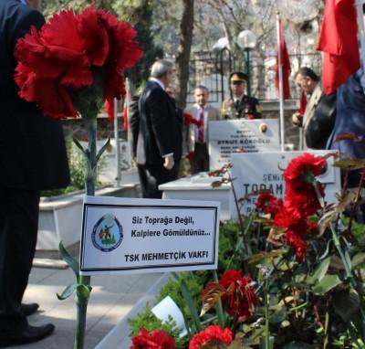 """ŞEHİT BABASI: """"SÖZ KONUSU VATANSA GERİSİ TEFERUATTIR"""" BURSA'DA ŞEHİTLER DUALARLA ANILDI"""