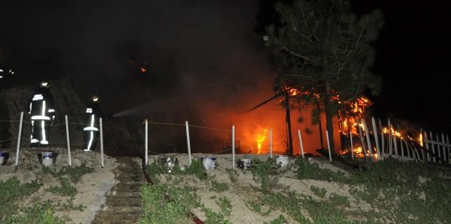 Bağ evi alev alev yandı