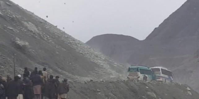 Yüzlerce kaya otobüsün üzerine yağdı