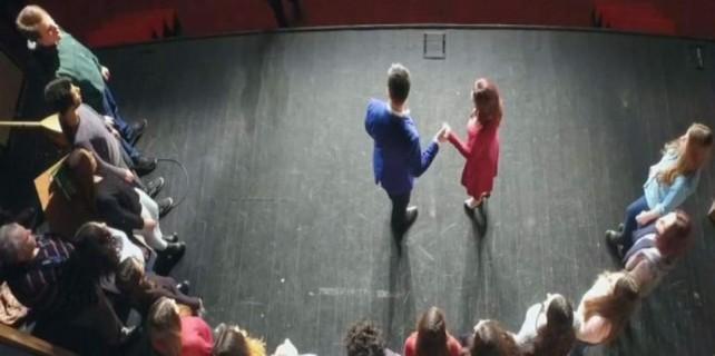 Tiyatroda evlenme teklifini oyun zannettiler