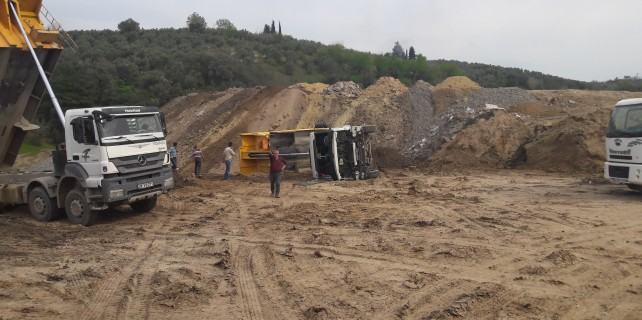 Bursa'da kamyon bir anda devrildi...