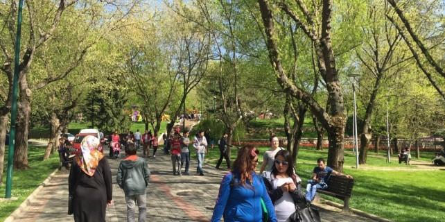 Vatandaşlar parklarda yer bulamadı..