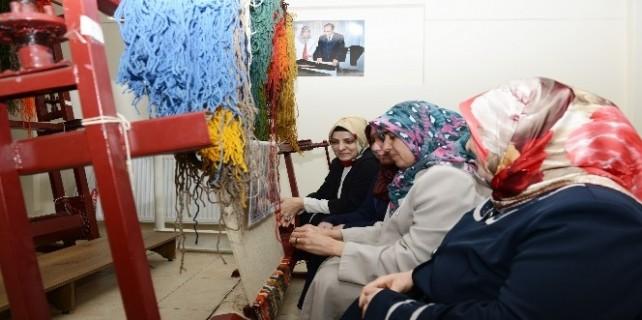 Yıldırımlı kadınlar halı dokumacılığını öğreniyor