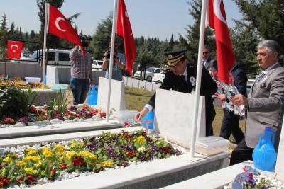 ŞEHİT POLİSLER MEZARI BAŞINDA ANILDI