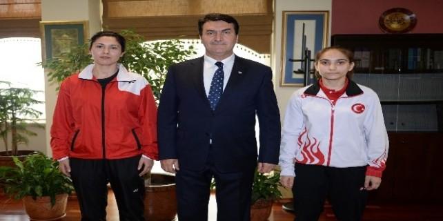 Dündar'dan dünya ikincisi Badmintoncuya ödül