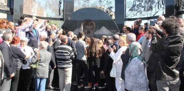 Nereden bakarsan bak Atatürk sana bakıyor