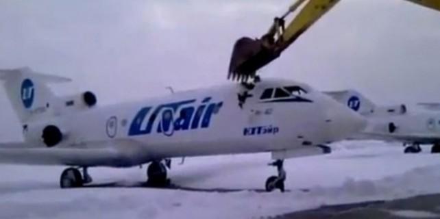 İşten atılınca uçağı böyle parçaladı