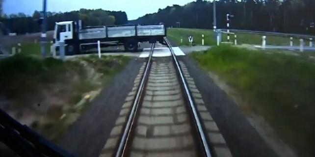 Tren kamyonu biçmeden 1 saniye öncesi