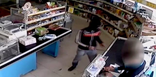 Bıçaklı satırlı market hırsızları kamerada