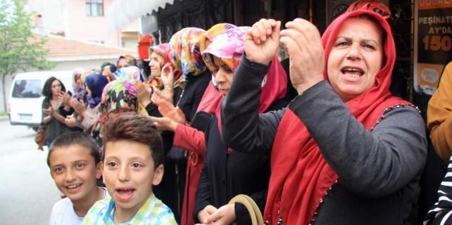 Bursa'da köylü kadınlar yol kapattı