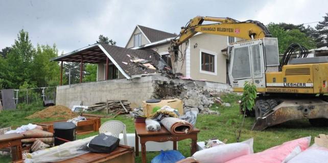 Uludağ'da kaçak villalar yıkıldı