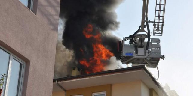 Yangında itfaiyeci canını zor kurtardı...