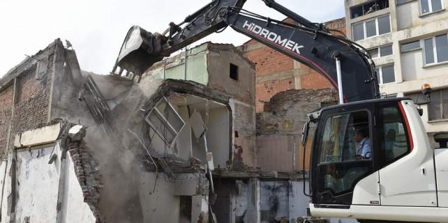 Meydan için değerli binalar birer birer yıkılıyor