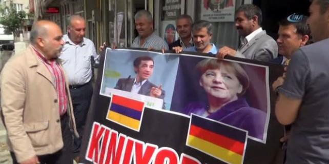 Merkel ve Özdemir'in yüzüne tükürdüler!