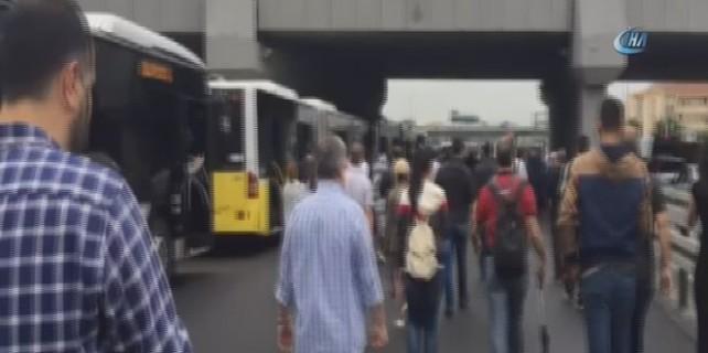 İstanbul'da feci kaza! Kamyon metrobüs yoluna girdi