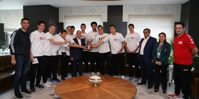 Nilüfer Beledyespor basketbol takımı Lubin'den madalya ile döndü