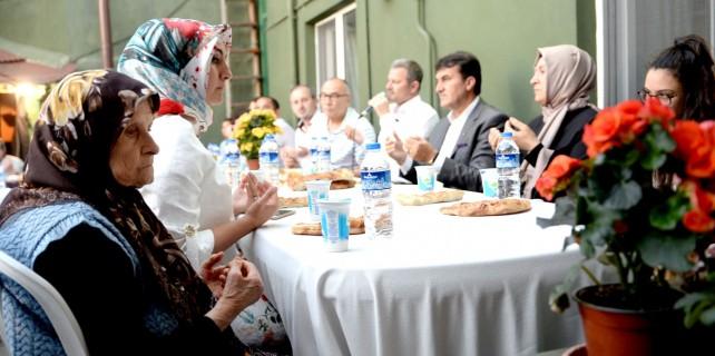 Başkan Dündar, iftarını vatandaşlarla açtı