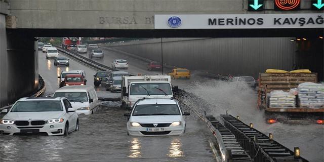 Alt geçit ve caddeleri su bastı