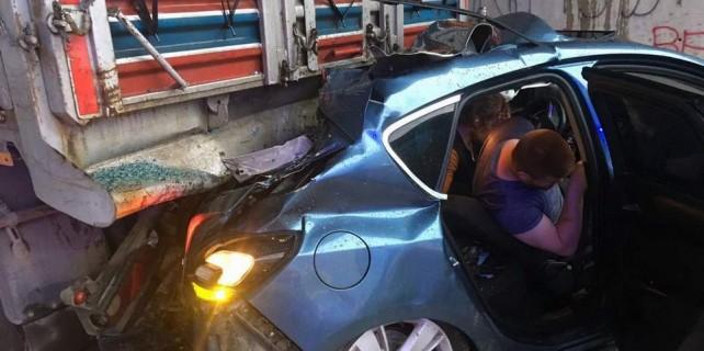Bursa'da feci kaza...Otomobil kamyona arkadan çarptı
