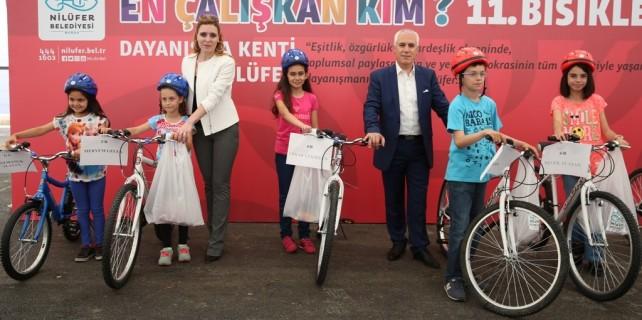 Mustafa Bozbey öğrencilere karne hediyelerini dağıttı