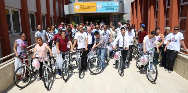 Bozbey'den özel öğrencilere bisiklet