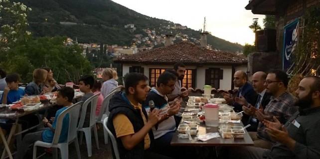 AK Parti Bursa iftarda gençlerle bir araya geldi