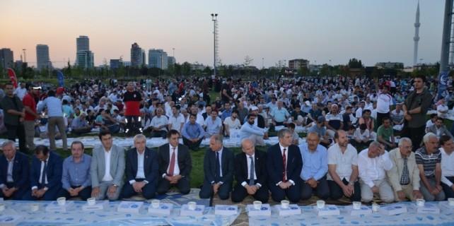 Yüzlerce vatandaş 'Ümmet İftarı'nda oruç açtı