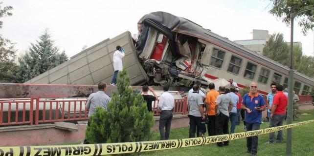 Tren minibüse çarptı...9 kişi öldü