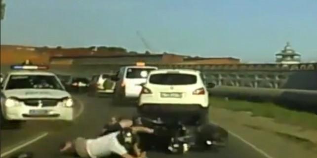 Polis motosikleti böyle durdurdu