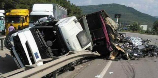 İstanbul yolunu kilitleyen kaza...