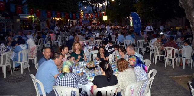 Cumhuriyet Caddesi'nde 12 bin kişilik iftar sofrası
