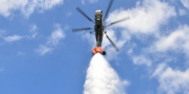Helikopter hedef şaşırdı...2 ton su bakın nereye gitti