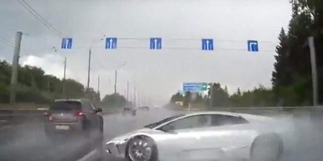 Lüks otomobilin yaptığı kaza kamerada
