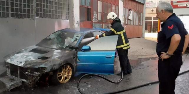 Bursa'da lüks otomobil kundaklandı