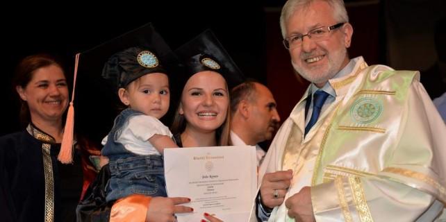 Diplomasını kızıyla aldı