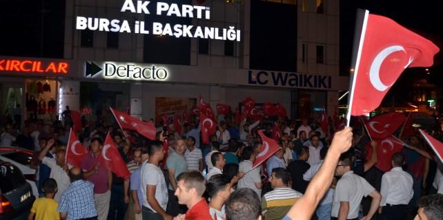 Bursalılar bayraklarla Şehreküstü Meydanı'na indi