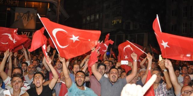 Bursalılar darbe girişimine karşı sokaklarda