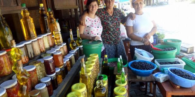 Çiftçi kadınlar işledikleri zeytinleri pazarda satıyor