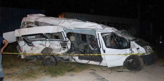 Tren işçi servisine çarptı: 5 ölü, 11 yaralı