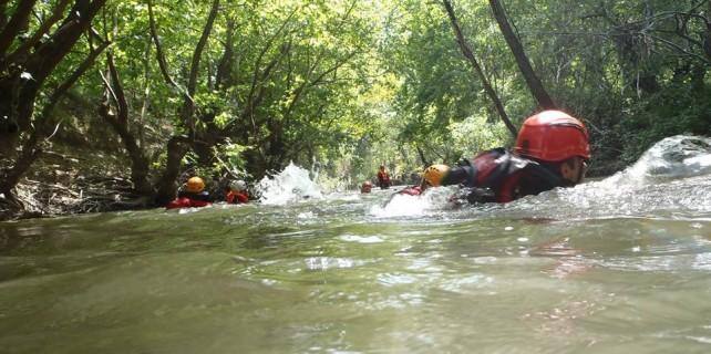 Bursa'da Kocasu Vadisi'ni yüzerek geçtiler