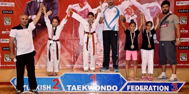 Büşra Savaş hem kick boks hem de taekwondo da Türkiye şampiyonu oldu.