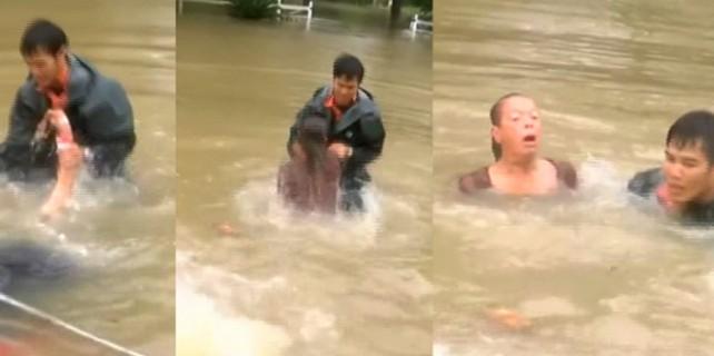 Aracıyla sele kapılan yaşlı kadını böyle kurtardı!