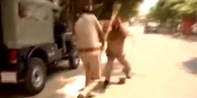 Polisler sopalarla birbirine girdi