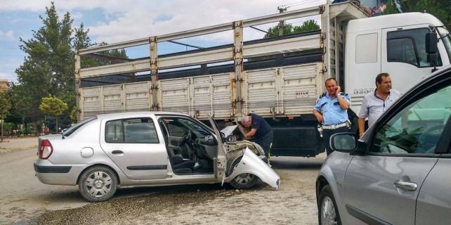 Bursa'da şok kaza!Polisleri taşıyan araç kamyona çarptı