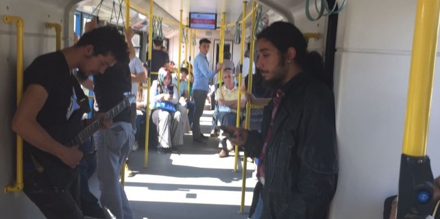Bursa-Ray'da yolcuları şaşkına uğratan konser