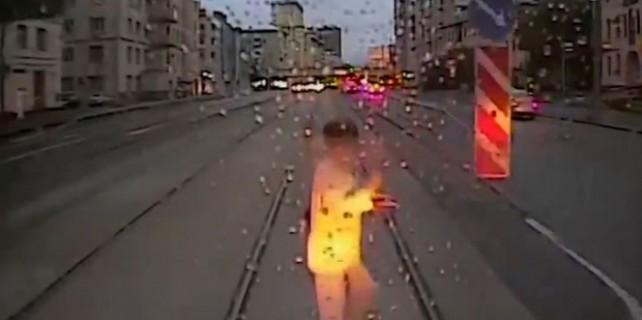 Dikkatsiz kadın tramvayın altında can verdi